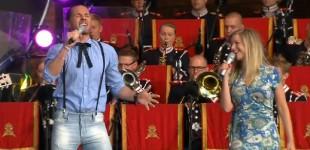 """Peter Jöback och Frida Öhrn framför """"Juni, juli, augusti"""" med AMK, Arméns musikkår och Svante Perssons orkester."""