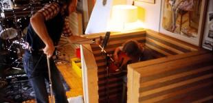 Johannes Leyman riggar till Stefan Björklunds pålägg med 12-strängad gitarr. Lp:n Det rivna pianot, -77. Foto: Ulf B. Jonsson.