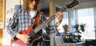 """Stefan Björklund gitarr. Från inspelningen av """"Det rivna pianot"""". Foto: Ulf B. Jonsson."""