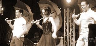 Singing in the rain. Rennie Mirro, Hanna Lindblad och Karl Dyall. Rep inför ett musikalprogram i vinterträdgården på Grand Hotell.